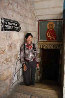 第二站是鞭打教堂,有囚禁耶穌的地下室