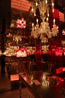 用鏡子和水晶燈打造的迷宮洗手間