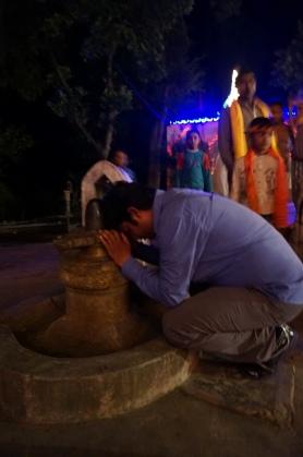 在地上拜林迦(男性生殖器, 代表濕婆神)的阿努奇
