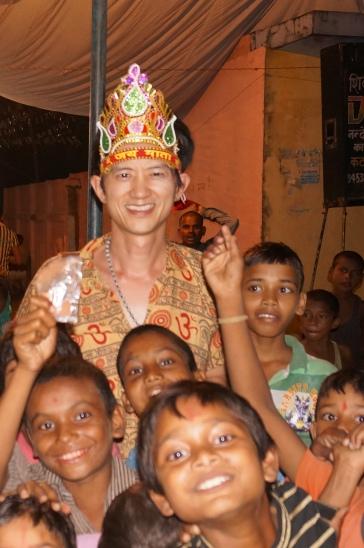 小孩們都來圍着我這個惟一的外人合照