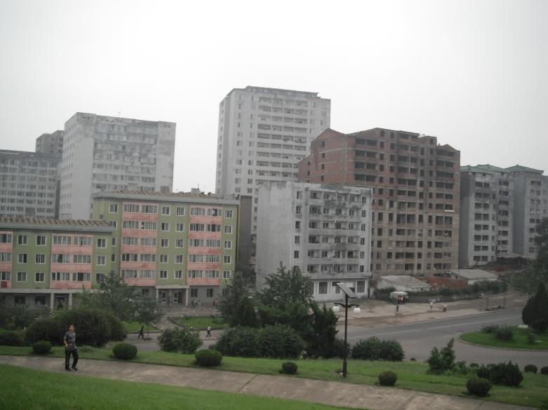 平壤市面今天有很多未完工的大廈,連玻璃窗也沒有