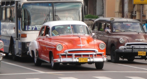 """不少古董車, 已經成為 """"野的""""及 """"小巴"""", 放了一個 """"Taxi"""" 牌在車內, 就隨上隨落乘客。"""