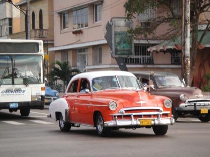 夏灣拿的街景, 古董車呼嘯而過。