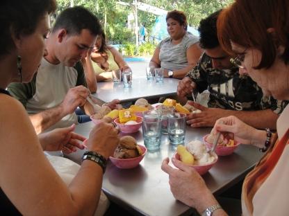 每人最少吃十球八球的社會主義雪糕, 人生多快樂!