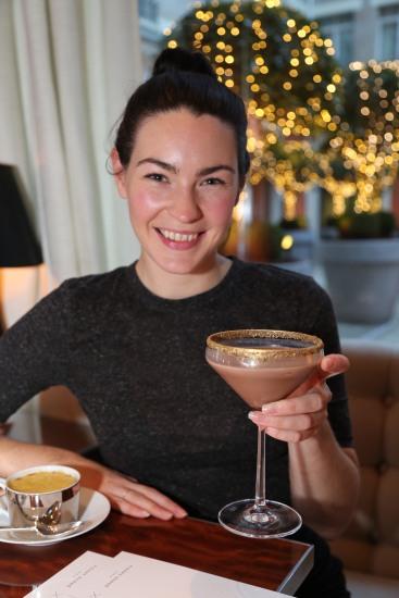 美女公關Jennifer來自愛爾蘭, 手上的是威士忌朱古力雞尾酒