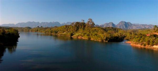 寮國境內的湄公河兩岸景色十分原始