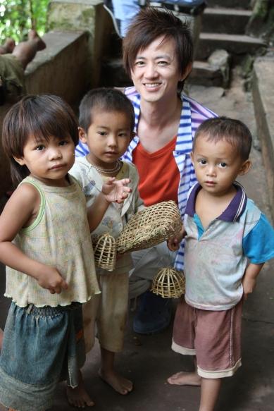 寮國的小孩雖然窮得連鞋都沒有, 但治安異常良好