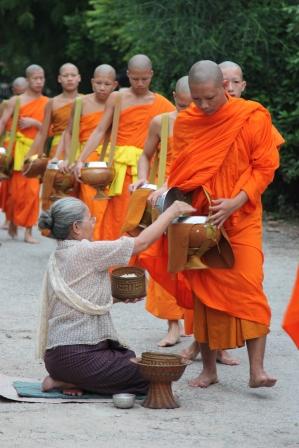 寮國的沙彌袈裟色彩是鮮艷的橘色