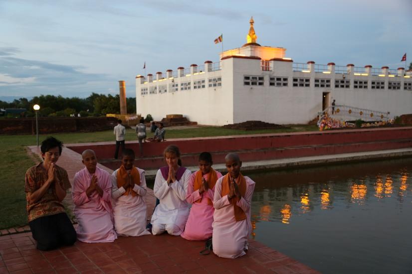 摩耶夫人廟就是佛祖呱呱落地之處。廟前有一聖水池,傳聞摩耶夫人在此沐浴之後誕下佛陀