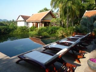 日間太陽猛烈, 最適合留在酒店游泳