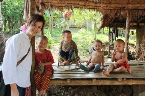 蒙村的小孩子甚少見到遊客
