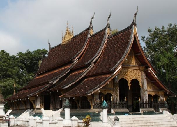 香通寺是最大的寺廟, 特色是低可觸地的屋簷
