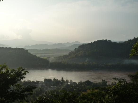 黎明時的湄公河分外嫵媚