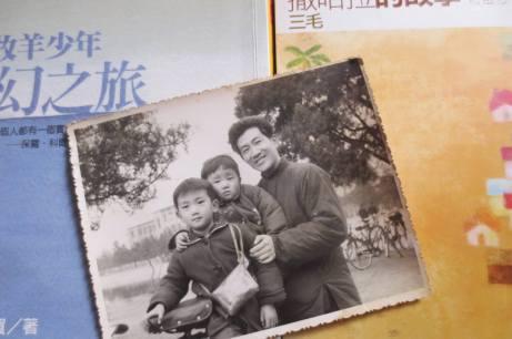 童年時和哥哥坐在父親單車上